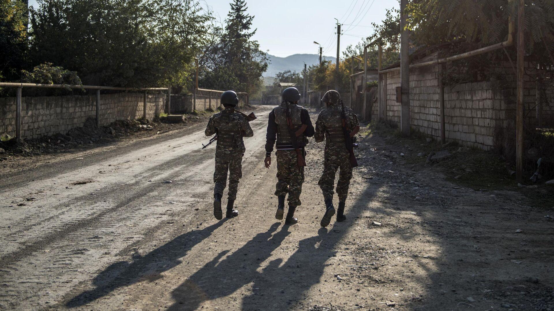 Вооруженные мужчины на улице города Степанакерт - РИА Новости, 1920, 12.11.2020