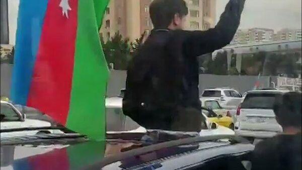 Азербайджанцы устроили митинг на автомобилях с флагами в честь прекращения огня в Карабахе