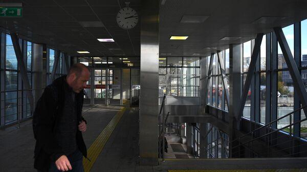 Мужчина на станции МЦД Стрешневов Москве.