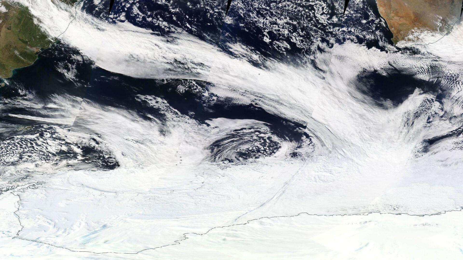 Ученые выяснили, как появились огромные дыры в ледниках Антарктиды