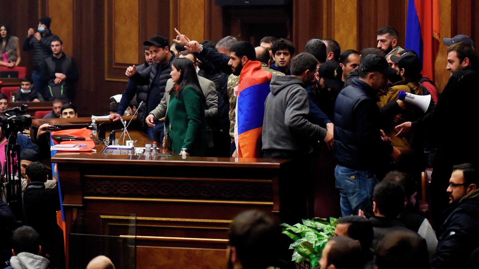 Участники акции протеста в одном из залов в здании парламента Армении в Ереване - РИА Новости, 1920, 12.11.2020