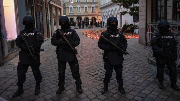 Полицейские стоят на страже перед прибытием Себастьяна Курца и Шарля Мишеля для зажжения свечей в память о жертвах теракта в Вене