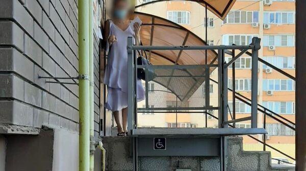 В Астрахани ребенок сломал семь позвонков, упав на лестничной площадке из-за отсутствия оградительной конструкции между инвалидным подъемником и стеной одного из домов