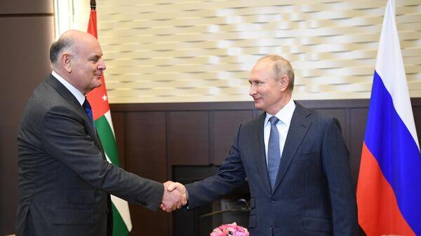 Президент РФ Владимир Путин и президент Абхазии Аслан Бжания