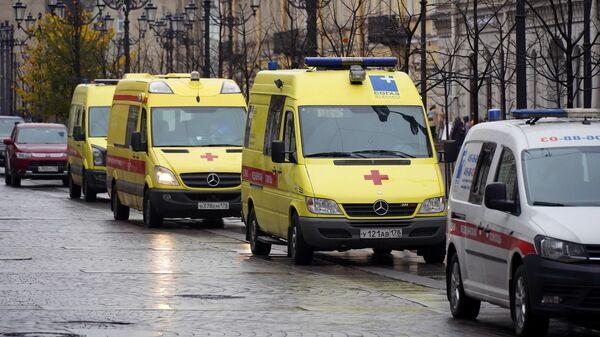 Автомобили скорой помощи на Малой Конюшенной улице в Санкт-Петербурге