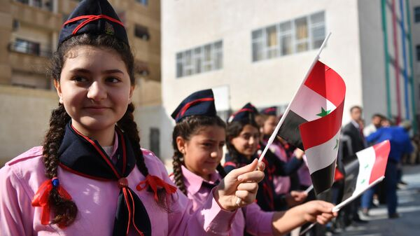 Дети в средней школе в районе Барза на северо-востоке Дамаска в Сирии