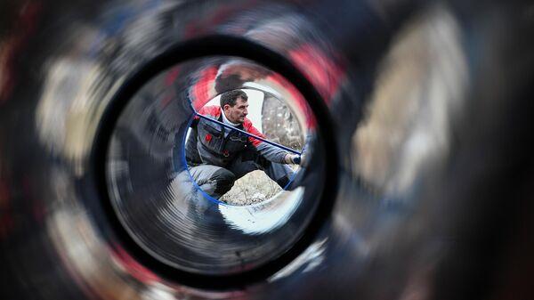 Рабочий во время укладки труб нового водовода от Бештерек-Зуйского водозабора к Симферополю