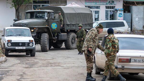 Автомобиль с российскими миротворцами в Степанакерте