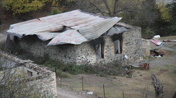 Дома, сожженные жителями Кельбаджарского района Нагорного Карабаха перед эвакуацией