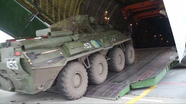 Российские борты с бронетехникой и миротворцами улетают в Армению: Кадры Минобороны РФ