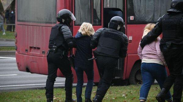 Сотрудники правоохранительных органов и участники несанкционированной акции протеста в Минске