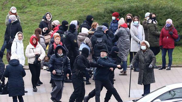 Сотрудники правоохранительных органов задерживают участников несанкционированной акции протеста в Минске