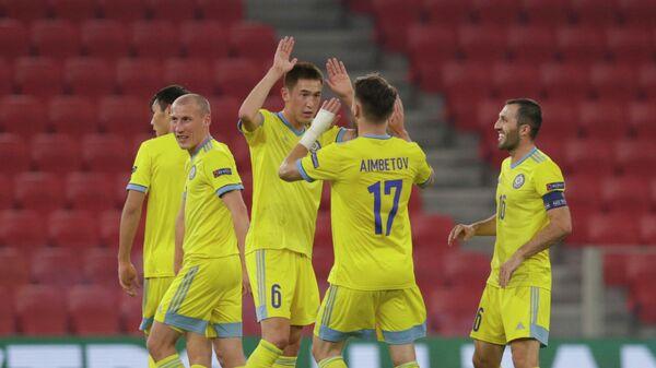 Футболисты сборной Казахстана Айболь Абикен и Абат Аймбетов (в центре слева направо)