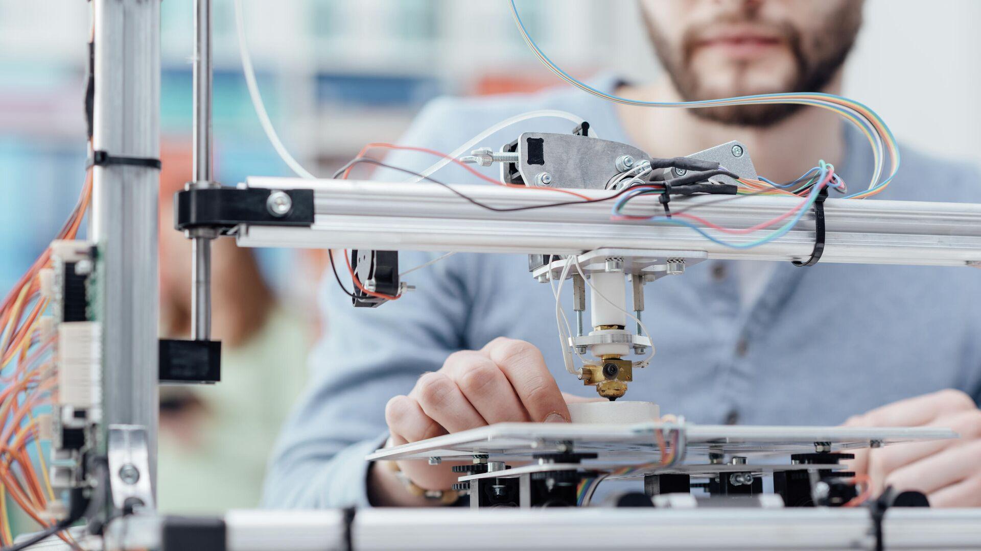 Инженер во время работы с 3D-принтером - РИА Новости, 1920, 11.06.2021