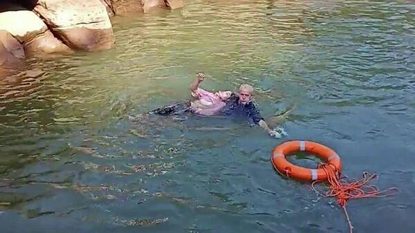 Генеральный консул Великобритании в китайском городе Чунцин Стивен Эллисон спасает тонущую в реке студентку