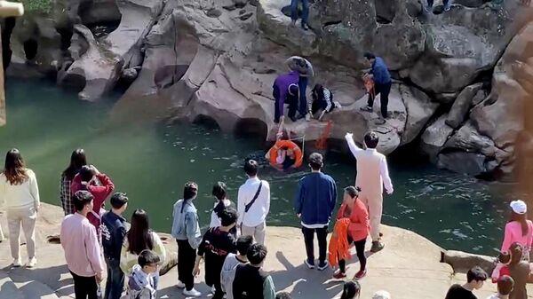 Генеральный консул Великобритании в китайском городе Чунцин Стивен Эллисон спасает тонущую в реке студентку. Кадр видео