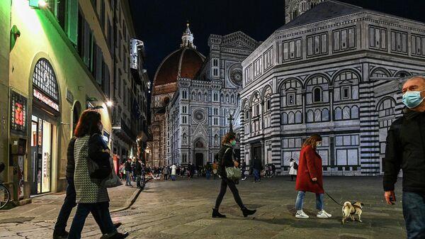 Люди на площади Сан-Джованниь во Флоренции