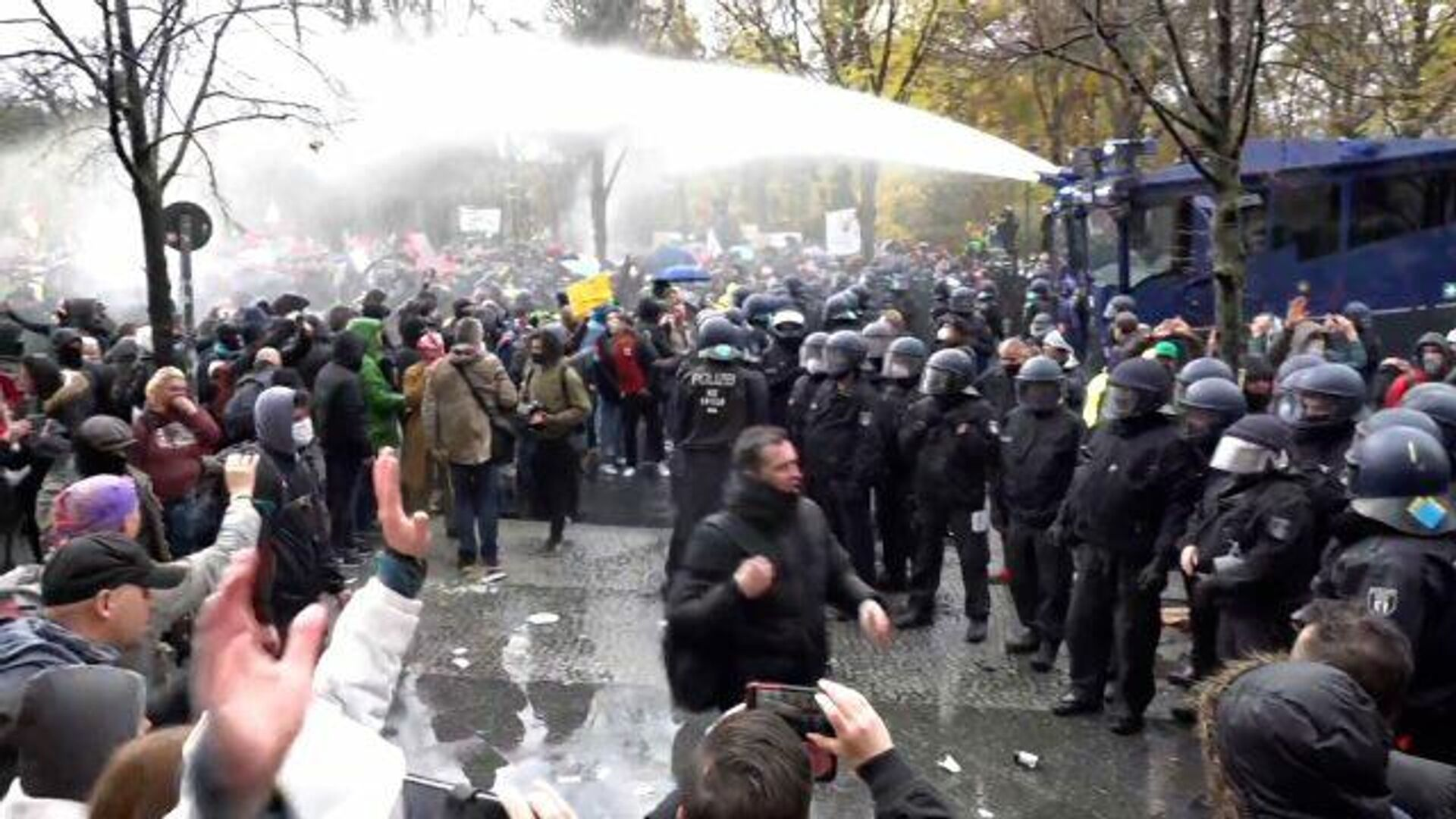 Немецкая полиция пустила в ход водометы на митинге против локдауна у бундестага - РИА Новости, 1920, 18.11.2020