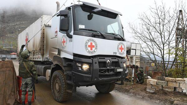 Российские миротворцы пропускают машину Международного Комитета Красного Креста через блокпост в Лачинском коридоре