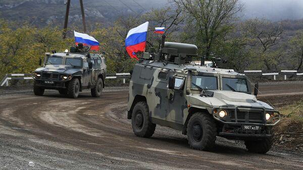 Российские миротворцы сопровождают азербайджанскую военную колонну из Шуши в сторону села Красный Базар