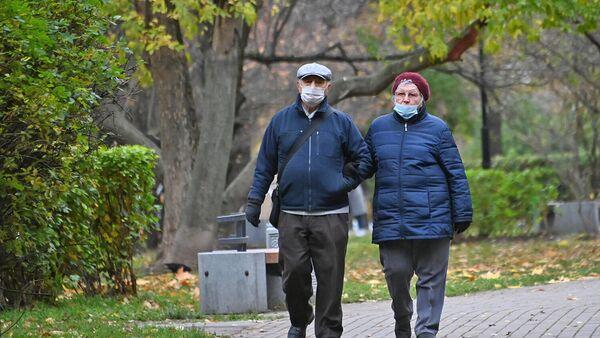 Пожилые люди в защитных масках на улице