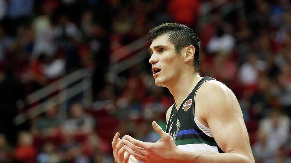 Турецкий баскетболист Эрсан Ильясова в матче НБА за Милуоки Бакс