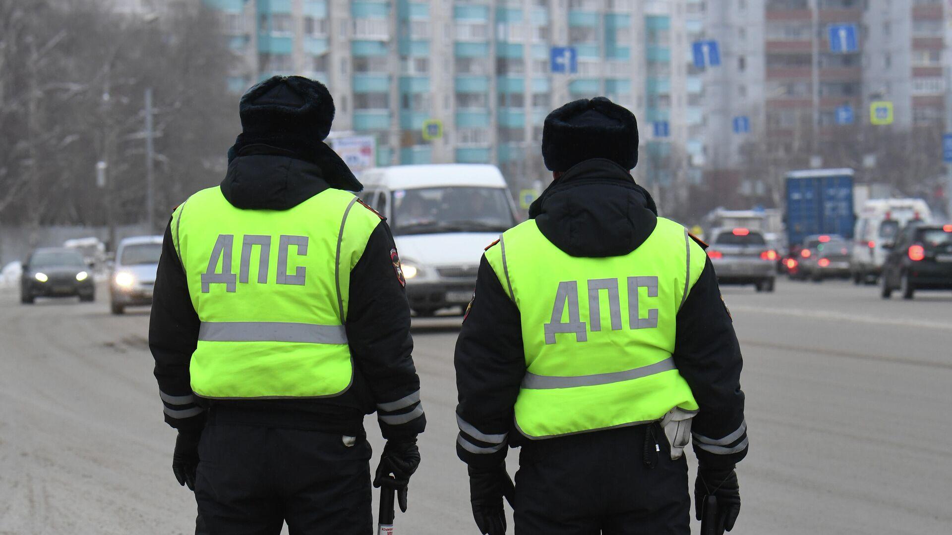 Сотрудники ДПС ГИБДД во время проверки соблюдения масочного режима водителями такси в Новосибирске - РИА Новости, 1920, 25.01.2021