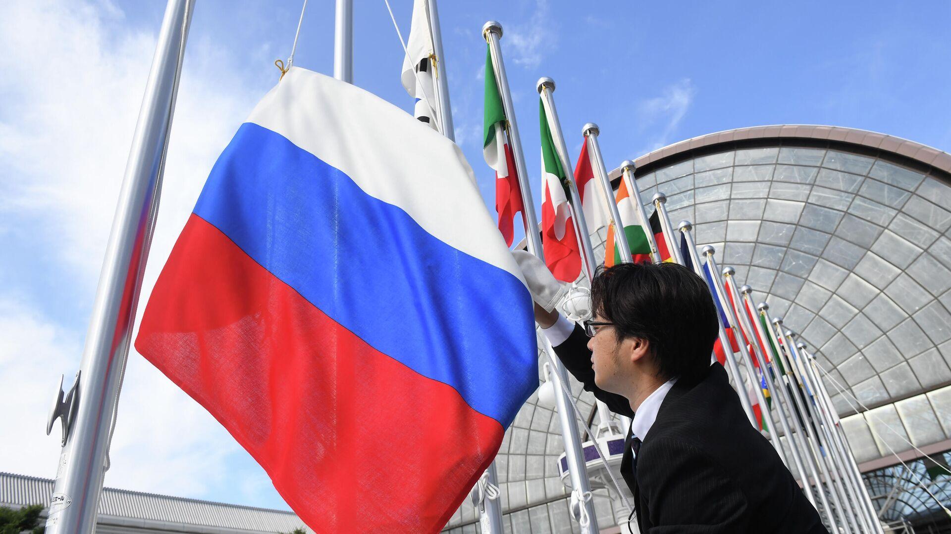Вывешивание флага России перед саммитом Группы двадцати - РИА Новости, 1920, 29.06.2021