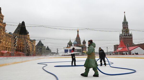 Рабочие заливают ГУМ-Каток на Красной площади в Москве