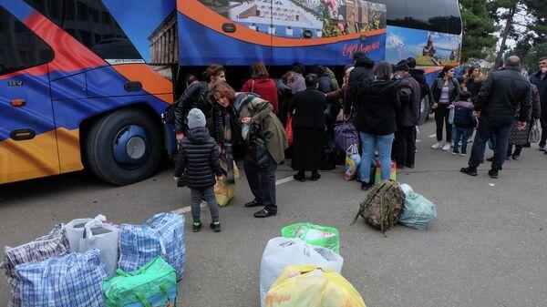 Беженцы из Нагорного Карабаха возвращаются в Степанакерт из Армении