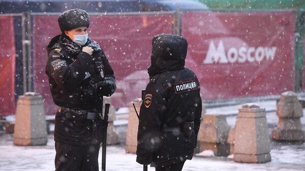 Сотрудники туристической полиции на одной из улиц в Москве