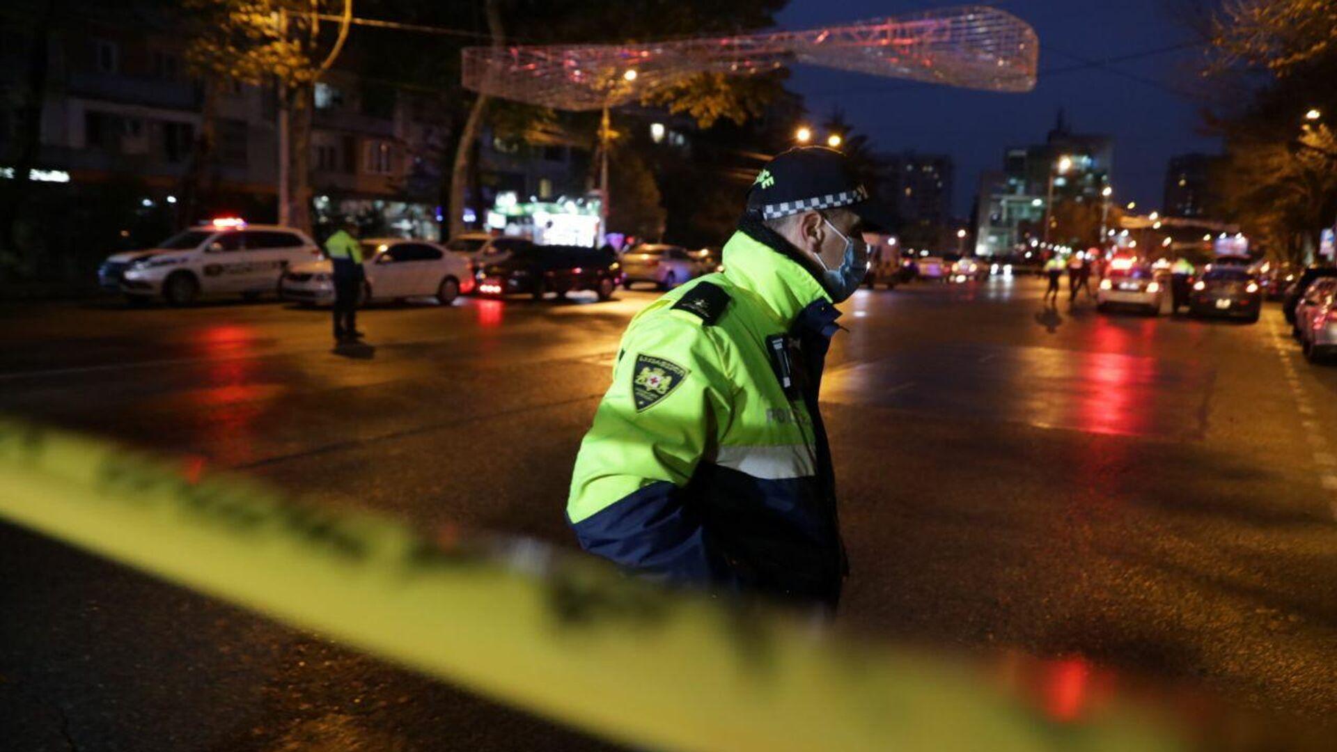 Сотрудники полиции на проспекте Церетели в Тбилиси, где вооруженный мужчина, который ворвался в офис микрофинансовой организации, удерживает в заложниках девять человек - РИА Новости, 1920, 20.11.2020