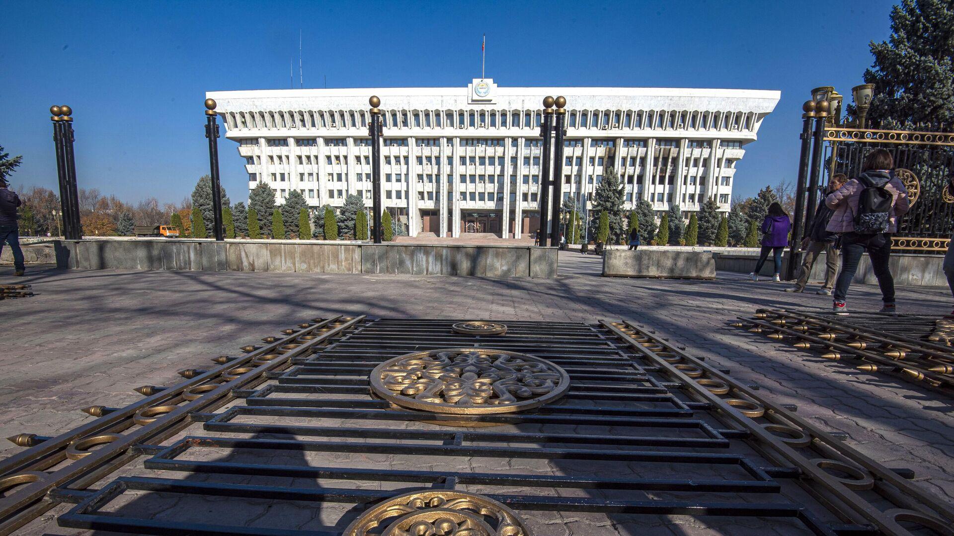 Секции ограды у здания парламента Киргизии в Бишкеке - РИА Новости, 1920, 27.11.2020