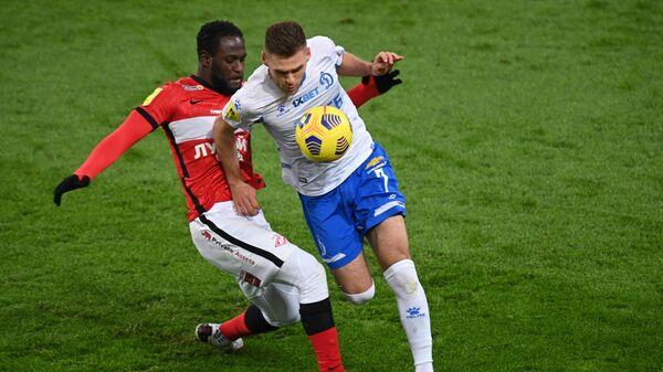 Игрок Спартака Виктор Мозес (слева) и игрок Динамо Дмитрий Скопинцев