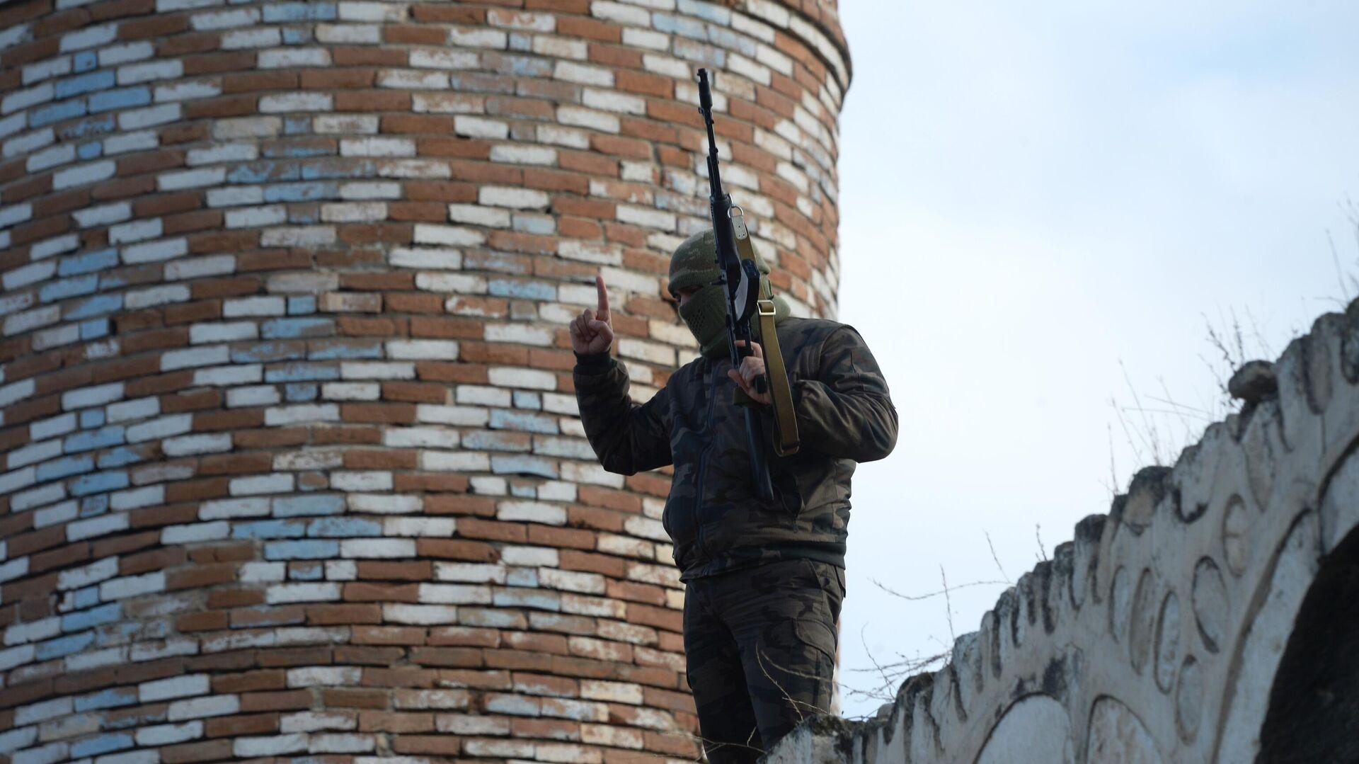 Вооруженный мужчина на крыше мечети Джума в Агдаме - РИА Новости, 1920, 27.11.2020