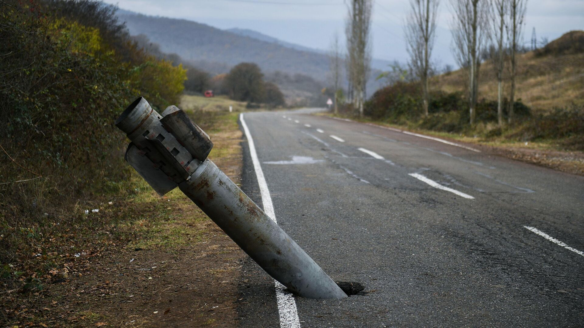 Неразорвавшийся снаряд на автомобильной дороге в Мартакерт в Нагорном Карабахе - РИА Новости, 1920, 28.11.2020
