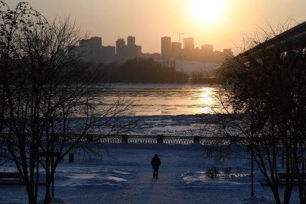 Прохожий на набережной реки Обь в Новосибирске.