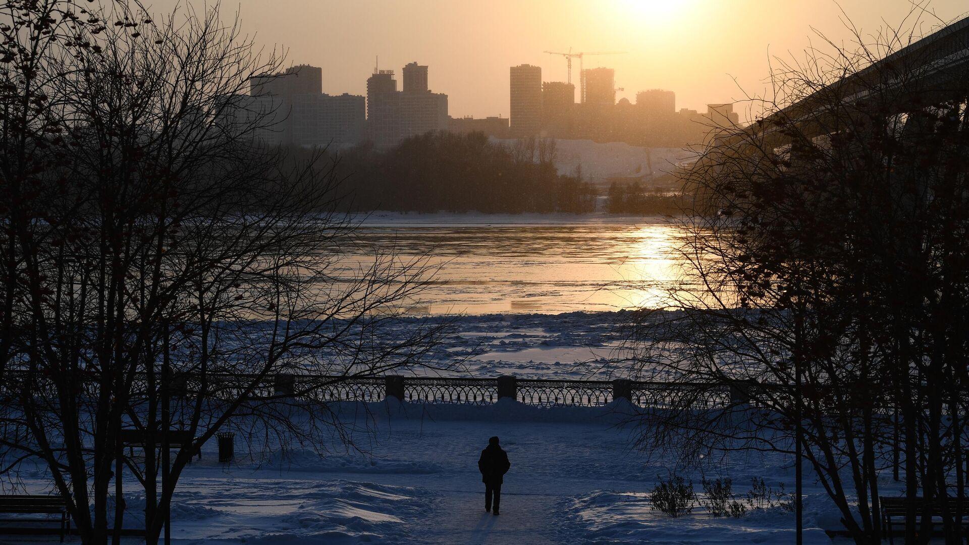 Прохожий на набережной реки Обь в Новосибирске. - РИА Новости, 1920, 30.11.2020