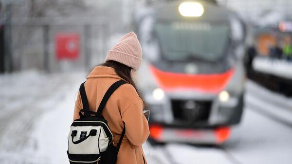 Девушка на платформе станции Кунцевская МЦД-1 Белорусско-Савеловский в Москве