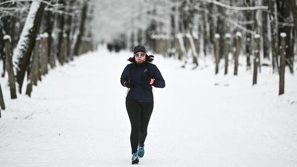 Девушка занимается бегом в Тимирязевском парке в Москве