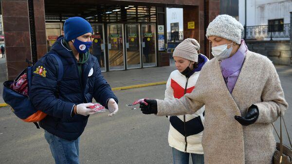 Волонтер раздают защитные маски