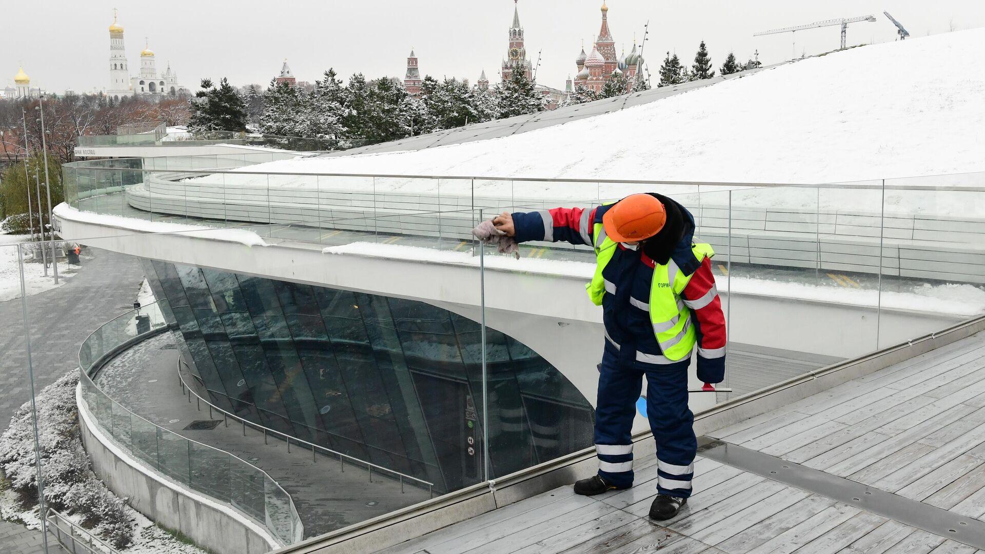 Сотрудник коммунальных служб во время уборки снега в парке Зарядье в Москве - РИА Новости, 1920, 25.11.2020