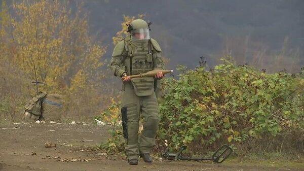 Саперы метр за метром осматривают местность и находят снаряды в Карабахе