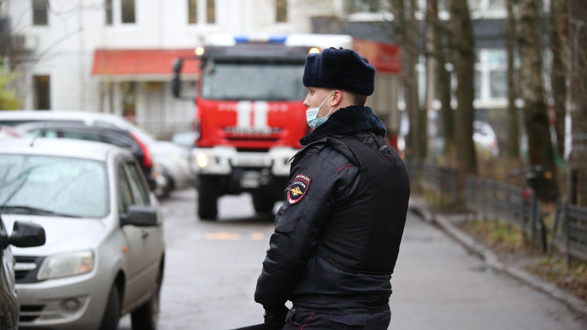 Пожар площадью 2000 квадратных метров ликвидируют в Санкт-Петербурге