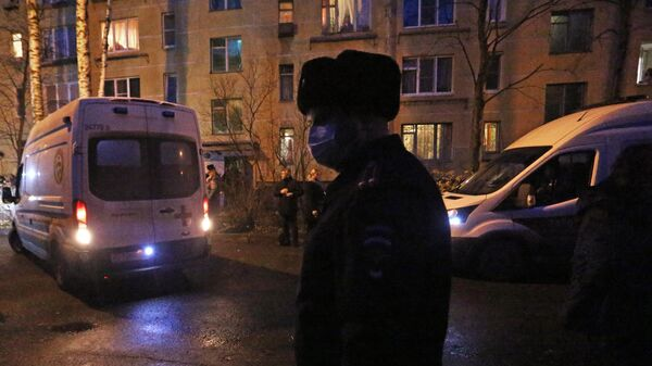 Сотрудник полиции у жилого дома в городе Колпино Ленинградской области, где мужчина удерживал детей