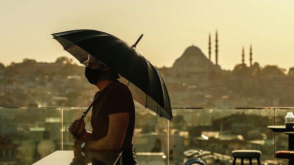 Турист в защитной маске в Стамбуле
