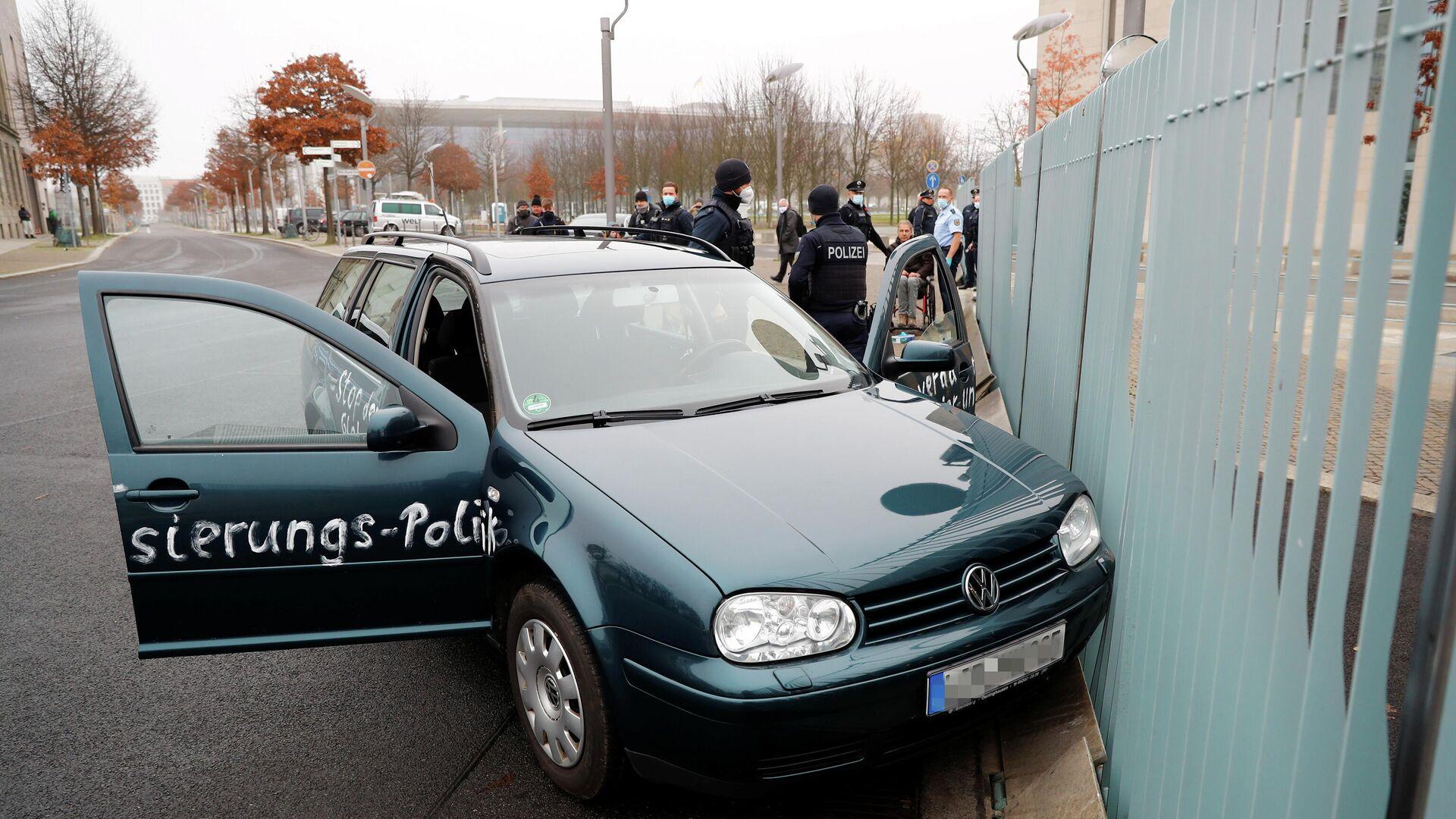 Автомобиль врезался в ворота офиса Ангелы Меркель в центре Берлина - РИА Новости, 1920, 25.11.2020