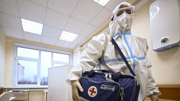 Фельдшер собирает сумку перед визитом к пациенту на дом в поликлинике №2 в Москве