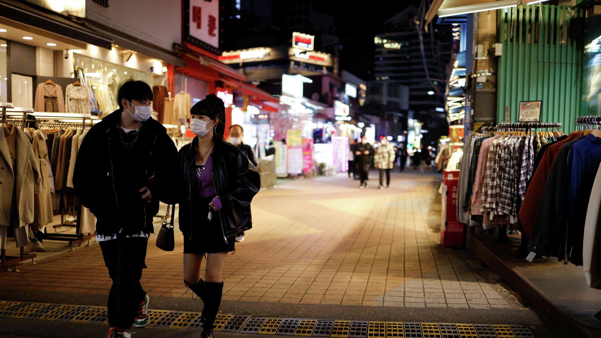 Прохожие на опустевшей торговой улице в Сеуле, Южная Корея  - РИА Новости, 1920, 12.12.2020