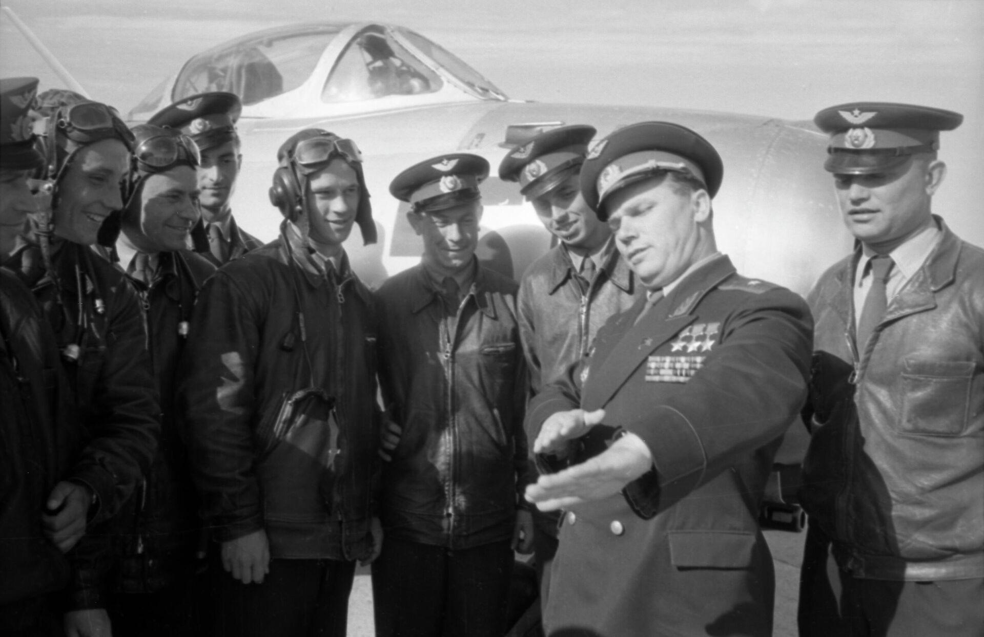 Летчик Иван Никитович Кожедуб  делится опытом с молодыми офицерами. - РИА Новости, 1920, 25.11.2020